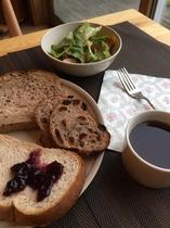 朝食は、長野県産 高原野菜と当館オリジナルパンをご賞味ください