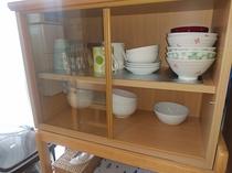 お部屋には調理器具やお皿など備品もご用意しております。