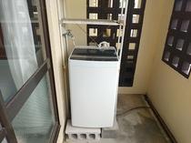 各お部屋には洗濯機完備  洗剤や洗濯用器具類もご用意しております。