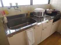キッチン 調理器具類もあるのでお部屋で自炊ができ一安心!