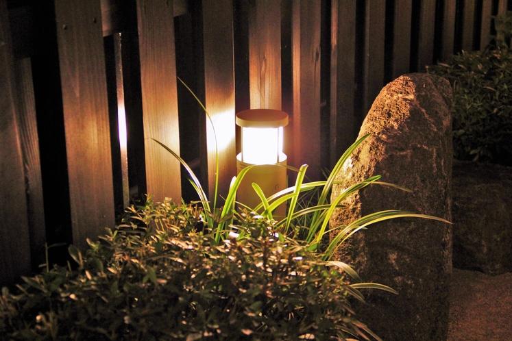 【回廊を照らす暖かみのある灯り】