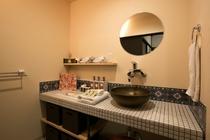 洗面所。レトロな可愛らしいタイルが貼ってあります♪洗面ボールは浴槽とお揃いの信楽焼♪