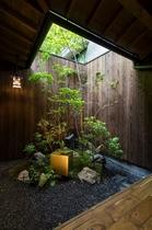 京町家を象徴する美しい坪庭を最大限に魅せた造り。