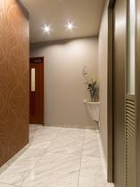 1階 お手洗い前通路◆多目的トイレ・男女トイレ◆