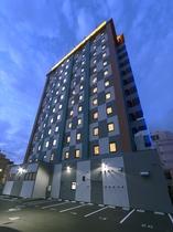 ホテル外観◆裏・夜◆ホテルの裏は駐車場となっております!
