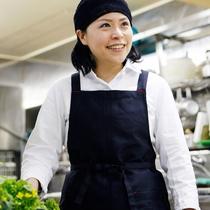 *若女将/当館の体に優しい郷土料理は、若女将が中心となり愛情込めて手作りしています。