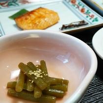 *朝食一例/山菜の季節・春はフキ味噌がお膳を彩ります。