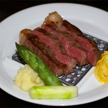 *夕食一例/柔らかな歯ごたえとさらりととける脂肪の旨み!地元のブランド牛、越後牛のステーキ。
