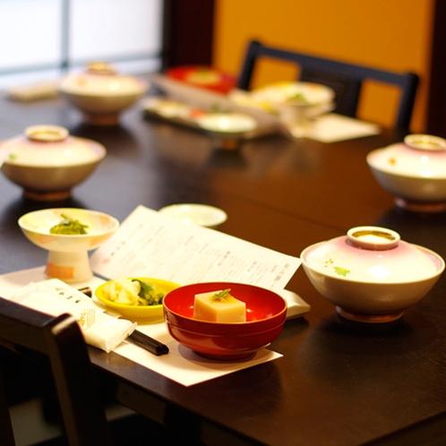 *夕食一例/落ち着いてお食事と会話が楽しめる、純和風の食事処にてご用意いたします。
