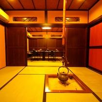 *館内の様子/柔らかな明かりに灯された純和風の館内。心がほっとなごみます。