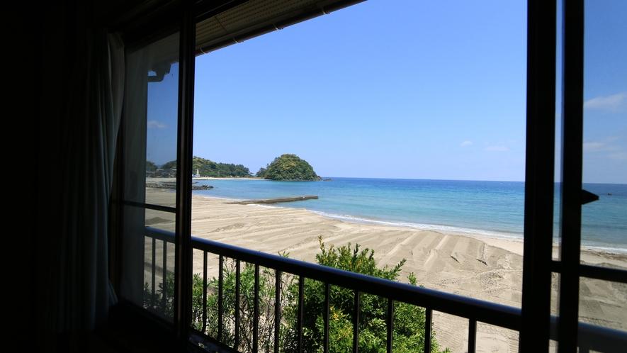 窓の外、移りゆく海の景色と波の音に耳を傾けゆっくりお過ごしください。