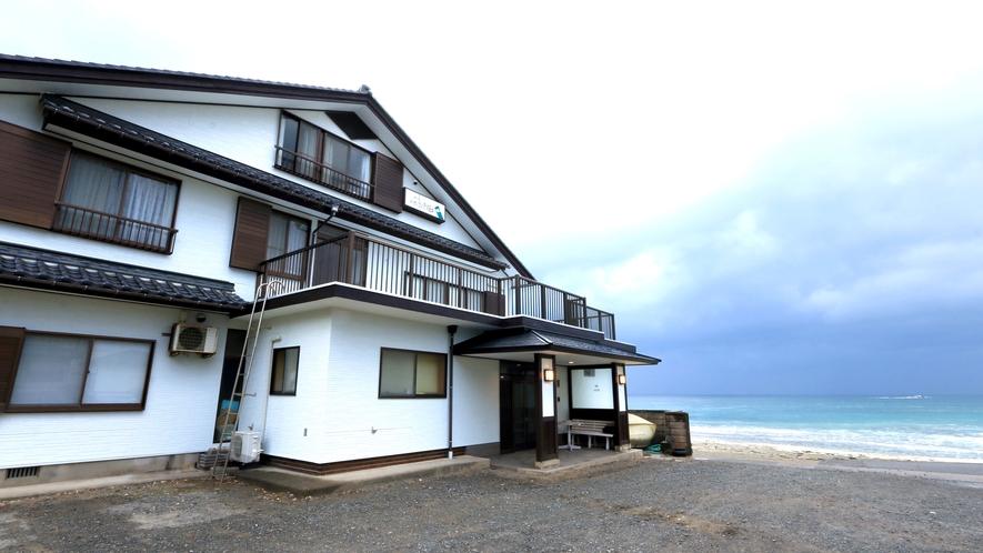 目の前に広がる日本海。海水浴場目の前の素朴な宿です。