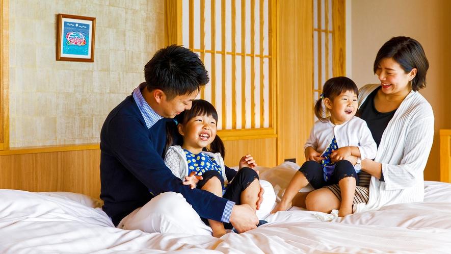 天井が高く開放的で、明るい陽射しの差し込む客室。青い海を見ながら家族水入らずの時間をお過ごしください
