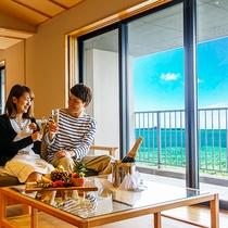 オーシャンビューの絶景を眺めながら、まずはお部屋で乾杯。大人の贅沢な休日のはじまり