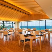 【食事処「海の坊」】天井高く解放感溢れる「海の坊」。季節によってはサンセットを眺めながらお食事も