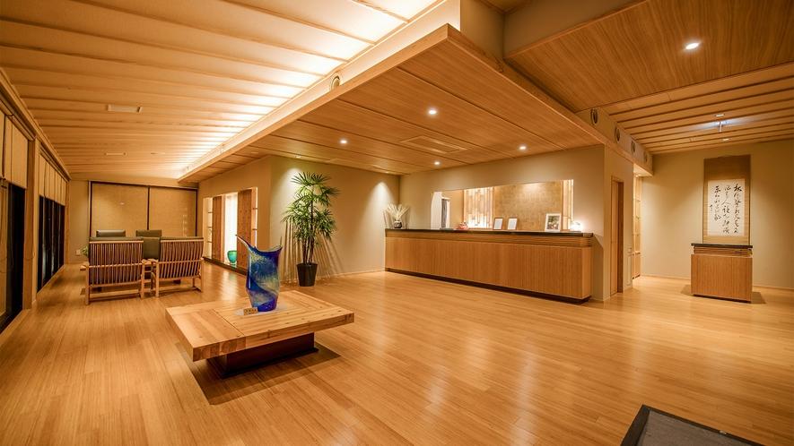 【ロビー】木のやわらかな温もりと、和モダンの雰囲気が織りなす寛ぎのロビー。琉球ガラスの作品がお出迎え