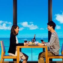 まるで海に包み込まれているような圧巻のスケール。オーシャンビューの景色と共に食事を堪能する贅沢