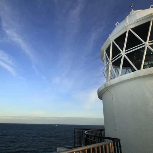 トルコ軍艦慰霊碑から徒歩約2分の樫野崎灯台。日本最古の石造りの灯台です。