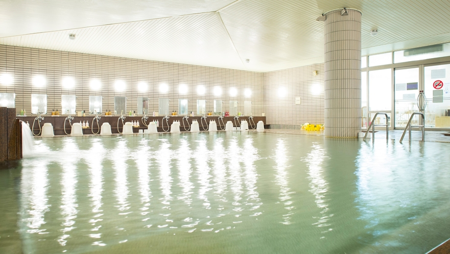 【温泉大浴場内風呂】湯量たっぷりの温泉でお寛ぎの時間をお過ごしくださいませ。