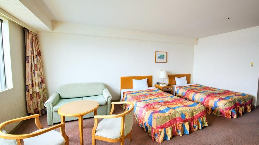 ゆったり36㎡の洋室ツインルーム。3名様利用の場合、1名様はソファーベットのご用意となります。
