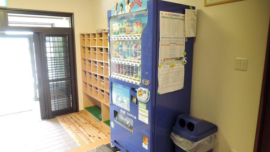 *【入口】飲料水の自動販売機がございます。