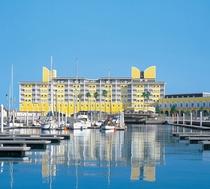 美しい海に囲まれた優美なリゾートホテル。全室オーシャンビューです。