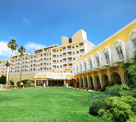 輝く太陽と真っ青な空。緑鮮やかな芝生と海からの潮風が心地よいホテルのガーデン。