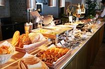 【感動の朝ごはん】焼きたてパンと新鮮なサラダ、洋惣菜