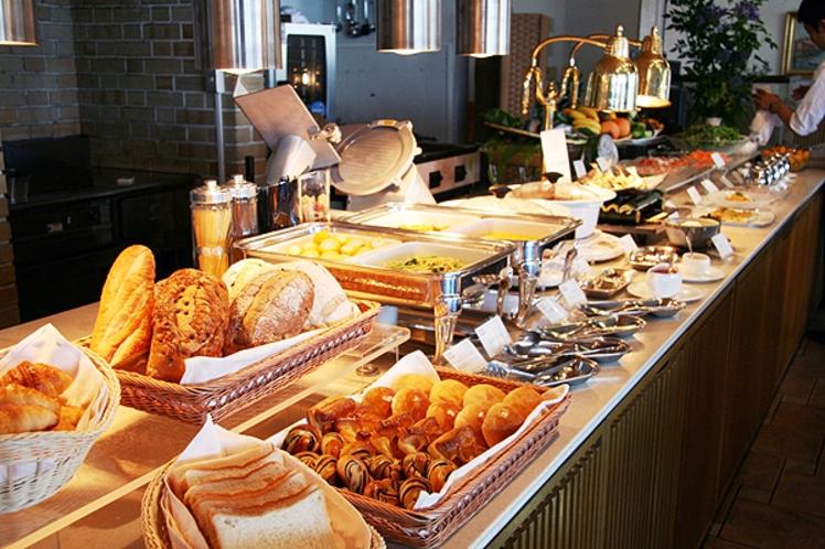 【まるごと和歌山の朝ごはん】焼きたてパンと新鮮なサラダ、洋惣菜