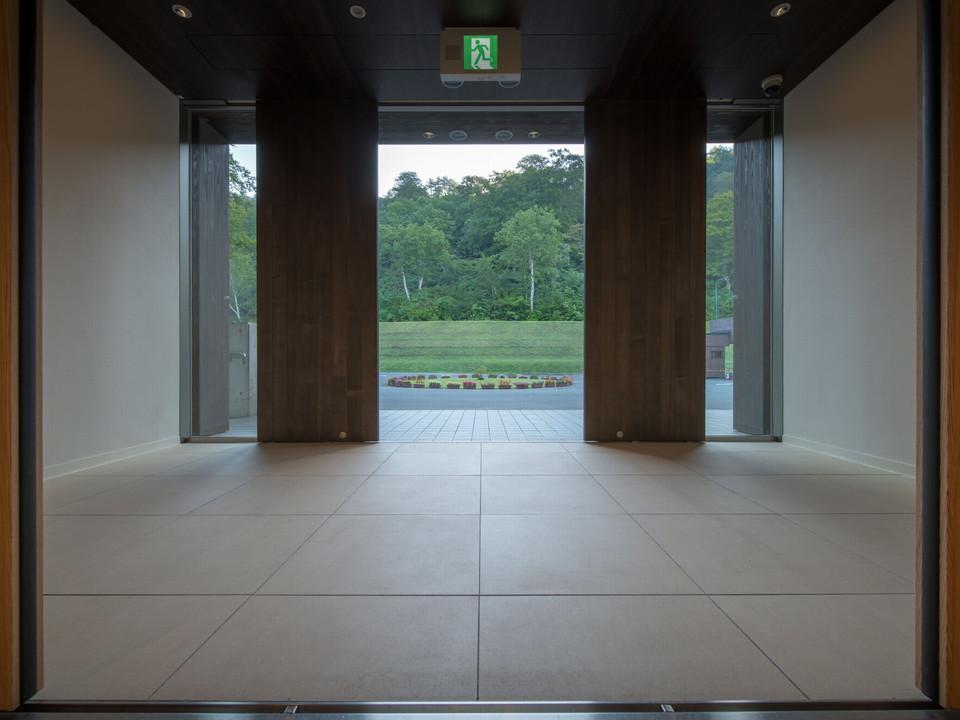 【エントランス】木製の自動扉を使用したエントランス