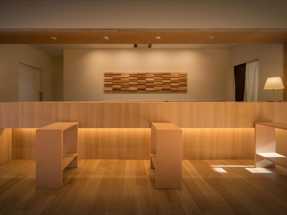 【フロント】秋田杉のオブジェを背景にしたフロント