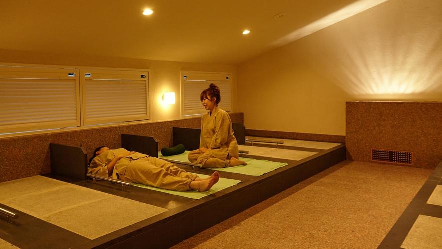 【屋内岩盤浴】屋内岩盤浴は作務衣と上にかけるバスタオルのレンタルがございます。600円(税込)