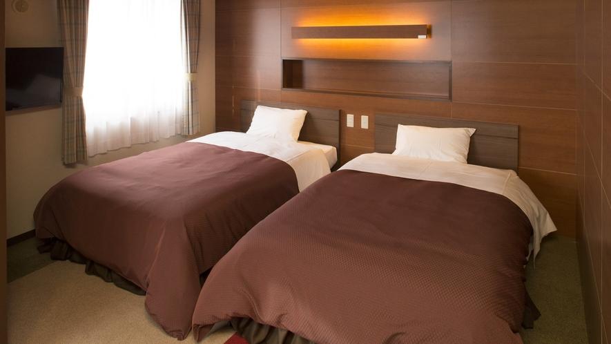 【コンフォートツインルーム】シモンズのセミダブルのベッドは上質の睡眠ができます。