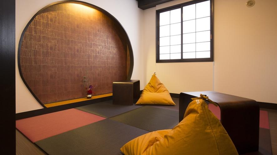 【和モダン・ツイン】和室部分には黒と赤の畳にビーズクッションでモダンを再現
