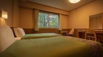 【秋田の森をイメージしたツインルーム】ベッドは過ごしやすいシモンズ社製のマットレスにローベッドを導入