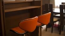 【コンフォートツインルーム】カウンターテーブルには可愛らしいオレンジのチェア