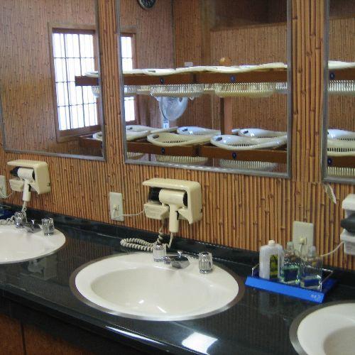 大浴場脱衣所。のんびりゆったりの館内大浴場を御利用下さいませ☆