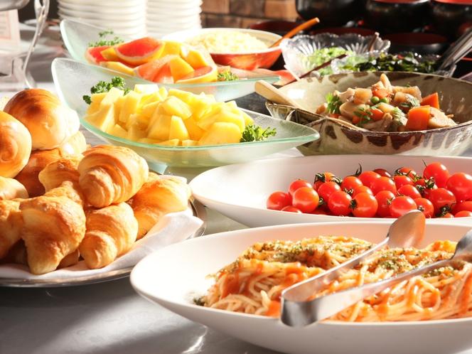 朝食は和洋のバイキングスタイル。好きなものが選べられるのでお得!(写真は一例です。)