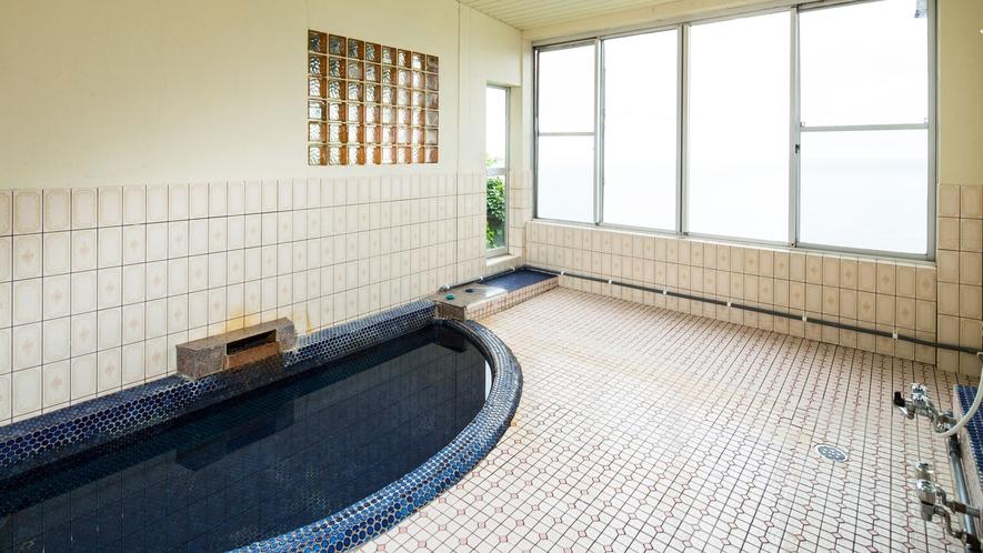 このお風呂の横にかもしかの通る獣道があります