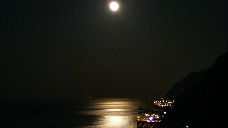 夜の親不知は月の光が海面に写り素敵です☆