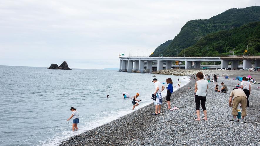 【親不知ピアパーク】海岸での石拾いが楽しい♪