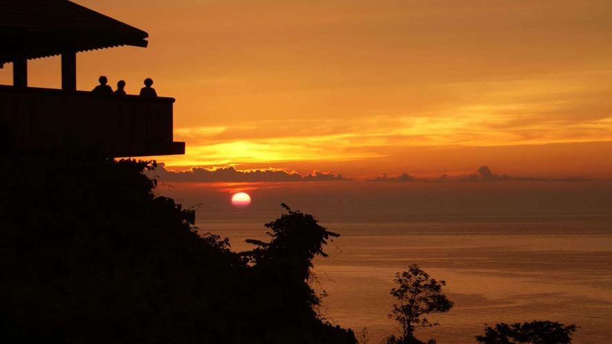思わず息をのむ日本海に沈む美しい夕日(展望台からの眺め)