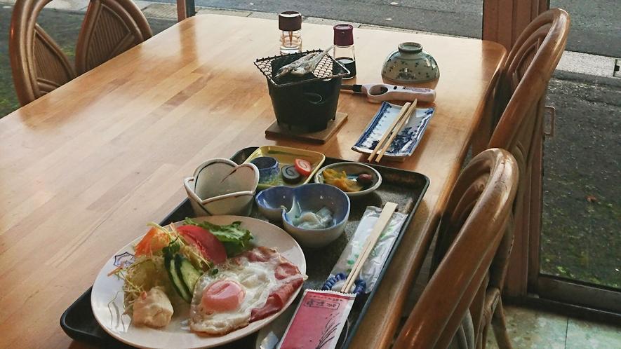 ご朝食一例。地魚をその場で焼いてお召し上がり下さい!