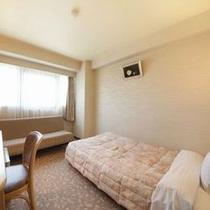 【エコノミーツイン】ソファにもなるベッドがあるお部屋です♪