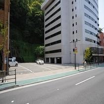 【駐車場】駐車場は普通車100台まで駐車可能。先着順[料金\400円(税別)/泊]大型車の駐車も可能