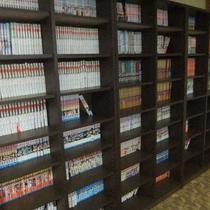 大人気の漫画コーナー☆人気のコミックも約2000冊♪