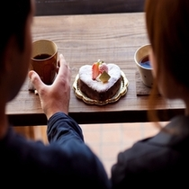 キュンとする特注ハートのケーキを二人占め♪