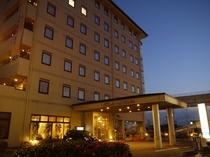 ホテル外観(夕暮れ時)