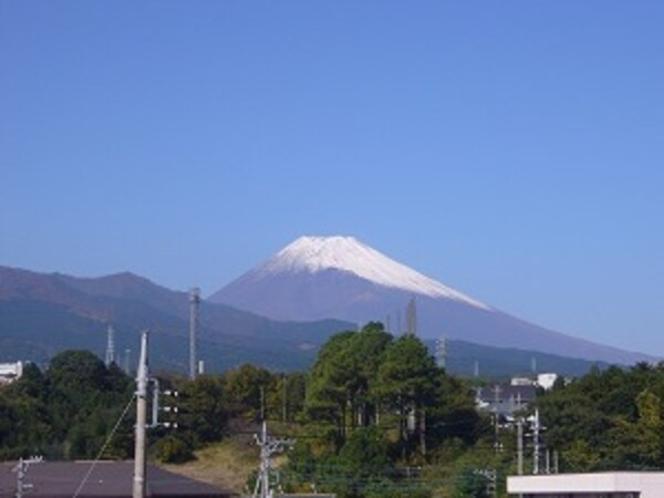 ホテル近くより初冠雪の富士山を望む