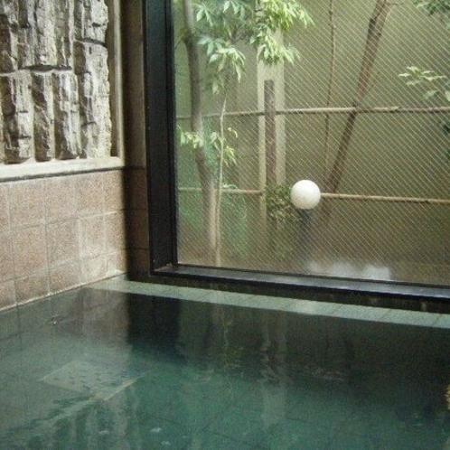 活性石人工温泉は、お湯を滑らかにし体を芯から温める人工温泉です。